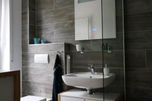 Das Moderne Bad mit einer Spiegelüberraschung und Unterputzradio...