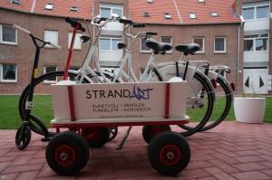 Der Fuhrpark der StrandART. 2 Fahrräder, 1 Bollerwagen und 1 Roller. Auf geht´s!