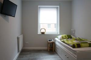 Das kleine Schlafzimmer mit Einzelbett.