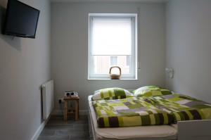 Das kleine Schlafzimmer mit ausgezogenem Bett